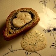 カヌレにフランス産鴨のフォアグラをテリーヌに仕立て、白ワインとスパイスでコンポートしたセミドライの無花果を載せながらカナッペ感覚で楽しめます。