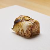 炭の香ばしさが際立つ〆のお楽しみ『焼き鯖の小袖巻き』