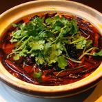 ラムの芳醇な香り、唐辛子と花椒が織りなす痺れる辛さ、香菜のアクセントが見事に調和した逸品『水煮羊肉』