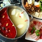 鶏ベースのコクのある白スープと草果、クミン、花椒などが入った赤スープの対極が楽しめる『火鍋セット』