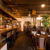 木のテーブルとイスが印象的な居心地のよいレストラン