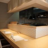 カウンター席では料理人のパフォーマンスを間近で体感