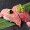 霜降りの肉を目の前でサッと炙って提供、五感で神戸牛を体感できる『神戸牛ステーキ寿司 中トロにぎり』