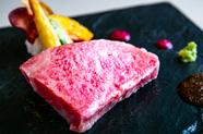 繊細な味わいが余韻を残す『サーロインステーキ』は風格ある逸品