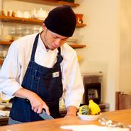 当店はカウンター越しにキッチンがあるので、料理をしながらお客さまと会話ができます。タイミングを見計らって話しかけ、会話とともに料理を楽しんでもらいたいですね。ぜひゆったりくつろぎにいらしてください。