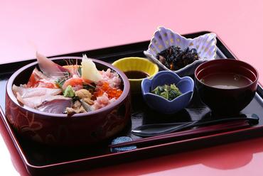 寿司職人がつくる本格的な『海鮮丼』