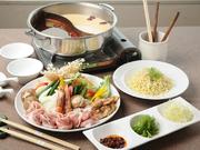 深みのある辛い麻辣スープ、鶏の出汁が染みるマイルドな白湯スープの2種。豚バラや鶏肉、ラム肉、有頭海老、帆立、自家製はんぺんなど具材も盛りだくさんです。雑炊or麺から選べる〆とデザートもついてきます。
