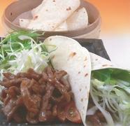 訪れるたび、リピートする人も多い人気の一皿『牛肉の糸切り味噌炒め~クレープ包み~』