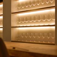 ワインはフランス産をメインに100種類ほど取り揃えていて、特にブルゴーニュ産の銘柄が豊富です。1980年代頃の古酒も在庫しているので、お好きな方はお試しあれ。