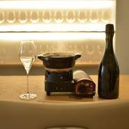 ソムリエである店主岩城氏が、和の素材の旨味とワインの相性を研究し、ベストの組み合わせで提供しています。昆布や鰹節などの身近な味わいがワインと出会うことで、今まで知らなかった世界が広がります。