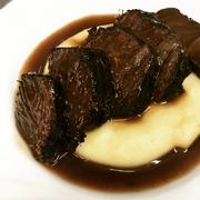 出来るまで4日間!!数量限定!! じっくりと煮込んだ国産牛ほほ肉の、深みを増した味わいをご堪能くださいませ! じゃがいものピュレとご一緒にどうぞ!
