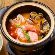 『jeuneの特製ブイヤベース』のベースとなるスープは、下処理した骨付きの魚、香味野菜とサフラン、各種スパイスに白ワイン、ベルモットなどを加え、半日かけて煮込み、最後に丁寧に漉して仕上げています。