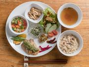 9品の料理にご飯、スープ、サラダがついた彩り綺麗なランチプレート。メイン料理、煮物、炒め物、漬物、あえ物など、野菜をふんだんに使用した、自家製のヘルシーな料理を少しずつ味わえるメニューです。