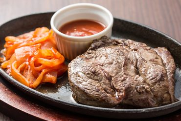 秘伝の調理法で提供する『赤身ステーキ』