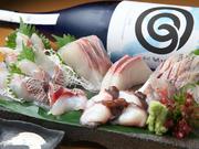 オーナーの身内である金沢港の網元漁船「恵比寿丸」より、毎日直送で届く鮮魚を使用。写真はカンパチ、スズキ、タコ、アジ、マダイですが、その日に揚がったものが使われるので、日々内容が変わります。