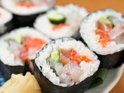 その日に獲れた鮮魚をふんだんに取り入れた豪華な太巻き。こちらも金沢港の網元漁船「恵比寿丸」からの直送品です。ボリュームたっぷり、食べ応えがあるので、皆さんでどうぞ。