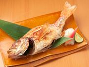 金沢港の網元漁船「恵比寿丸」から直送された「のどぐろ」を塩焼きでいただきます。白身の王様と言われるだけあって、脂がのって旨味も濃厚。その日に揚がったものを使うので、サイズも異なります。