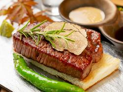 備長炭で丁寧に焼き上げるA5ランク佐賀牛の特選赤身ステーキ。職人の技を贅沢に味わえる至福のひと時