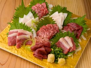 東京では珍しく貴重な生の馬刺しを盛合せ『熊本直送 生馬刺し』