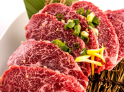 ハラミを厚切りにする事で、口の中に入れた時の食感と 溢れ出す肉汁を愉しむことができます。