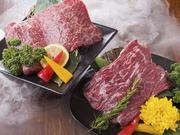 (上カルビ/上ロース/特選ハラミ) 黒毛和牛の特に皆様に人気の部位の盛り合わせ。溢れ出す肉汁と、上質のお肉が持つ甘味が人気の理由!