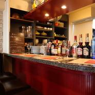 カウンター席は全4席あり、軽くワインと食事を楽しみたいときなどにオススメです。店内が家庭的な雰囲気なのはもちろん、料理のポーションも小さめにしてもらえるので、おひとり様でも気兼ねなく来店できます。