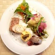 ランチセットのオードブル 野菜、お肉、お魚の手仕込み惣菜です。 パテ、リエット、お魚のマリネなど当店のオードブルが少しずつお楽しみ頂けます。