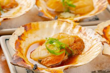 食べ応え十分な肉厚ホタテ、噛めば噛むほどおいしさが広がる『活ホタテ貝のバター焼』