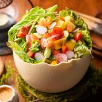 自家製ドレッシングで味わう、彩り野菜のサラダ