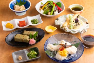 地元奈良の味を堪能できる、海老と野菜の天ぷらなど全6品がセットになった『なでしこ膳』