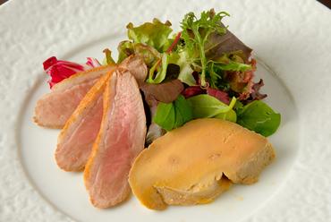 濃厚で、ゆっくりとろけていく美味しさ『フランス産鴨胸肉とフォワグラのスモーク』