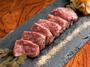 肉質は柔らかく、きめ細かい脂肪で、甘味を持つ「佐賀牛」の表面を少しだけ炙った『佐賀牛の炙り』は、コクに中にあっさりとした風味も加わり、奥行きのある逸品。その時々で変わる自家製ダレも上品な味わいです。