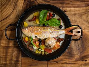 旬の鮮魚に白ワインが香る『IK自慢の魚介アクアパッツア』
