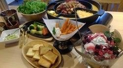 温野菜やパンはチーズにつけてチーズフォンデュとしても楽しめます!もちろん手巻き焼肉もご堪能下さい!