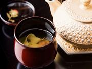伝統食材・六浄豆腐を思う存分に堪能する一品。湯葉のようなまろやかな食感と、口の中でじゅわ~っと広がる旨みを楽しめます。シンプルながら、奥行きのある味わいと、鼻孔を抜ける出汁の香りがたまりません。