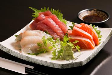6種類の魚から、好みの3種類を選んで盛り合わせてもらえる『三品お刺身盛り』