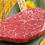 赤身部位でもある『ミスジ』は、肉質がとても柔らかく脂身もほど良く、バランスにも優れています。ステーキとしても提供できるほどの優れた肉質。