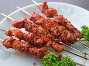 ヘルシーなラム肉を、延辺原産の唐辛子を使用し食べやすい串焼きに仕上げ。臭みがほとんどなく、ピリッとスパイシーな味付けが酒の肴におすすめの逸品です。