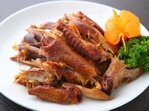特製のたれに漬け込み燻製。独特の風味が特徴の『老式燻鶏』
