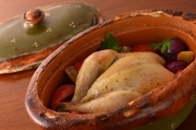 アルザス地方を代表する煮込み料理を、鶏肉を丸ごと一羽使いアレンジ。オーナーの師匠であるアントワーヌ・ウェスターマンスタイルで。 ※2~4名分[要予約]前日までの予約で承ります。