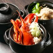 毎日丁寧に取る出汁で地元の米を炊き、具材は季節のものを使用。炊きたてをいただく『季節の土鍋ごはん』