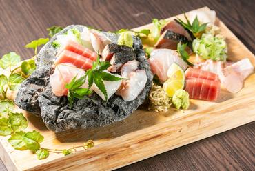 魚の種類は仕入れ次第。それぞれの魚の最も美味しいタイミングで提供される『本日の鮮魚5種盛り合わせ』