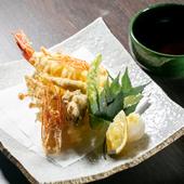 職人の技でカラリと揚がった、地元の新鮮な魚介や野菜。天つゆか塩でいただく『本日の天ぷら』