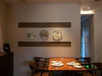 店の歴史を静かに物語る壁面のお皿にも注目!