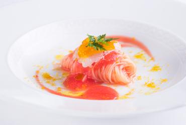 トマトの酸味と甘み、海老の旨みが溶け合う『北海道産縞海老とカラスミの冷製カッペリーニ』