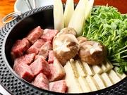 ごろっと大きめ角切りの牛肉は加熱しても柔らかで食べ応え抜群、生卵を絡めるとさらにまろやかな味わいです。他に和牛サーロインも選べます。