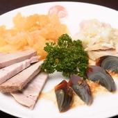 『冷菜の盛り合わせ』はオススメの品が一度に堪能できる注文必須の一皿
