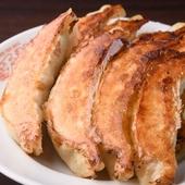 大ぶりの『餃子』はもちっとした食感とジューシーな肉汁がたまらない、リピーター続出の絶品メニュー