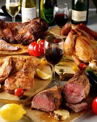 サラダ・牛・豚・鶏、3種類のお肉の食べ比べを楽しめる贅沢なコース