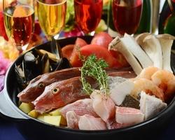 新鮮魚介の熱々出来たての魚介とトマトのイタリアン鍋をメインに、180分の飲み放題がついたコースです。